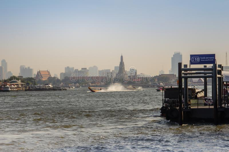 Le trafic de voie d'eau en Chao Phraya River Chao Phraya Express Boat, un service de transport en Thaïlande fonctionnant sur Chao photographie stock libre de droits