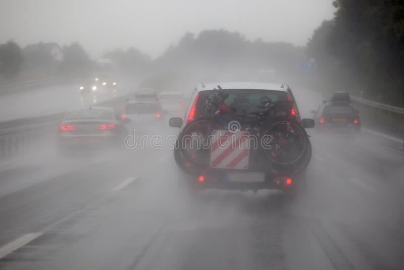 Le trafic de voiture à la forte pluie image libre de droits