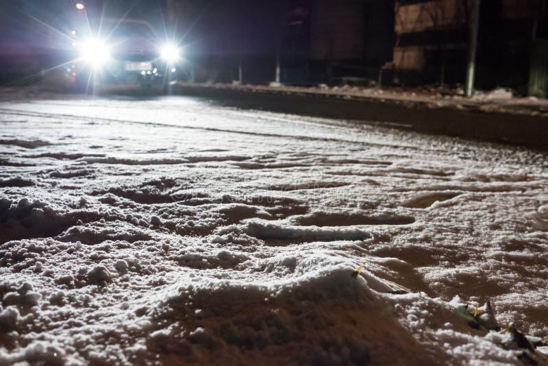 Le trafic de voiture en hiver avec la neige et la glace photo stock