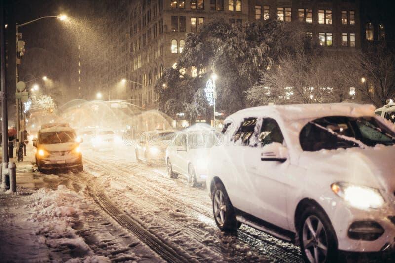 Le trafic de voiture de nuit après tempête de neige à New York City photos libres de droits