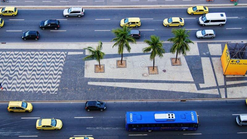 Le trafic de voitures de vue de route de rue de Copacabana Brésil images stock