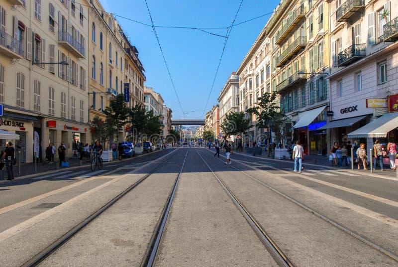 Le trafic des personnes et des véhicules sur les rues Nice lumineux, azur images libres de droits
