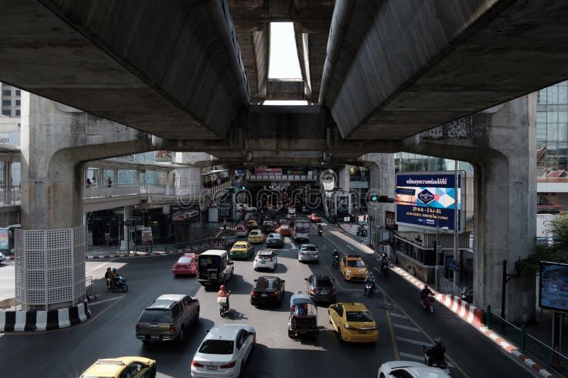 Le trafic devant Siam Paragon image stock