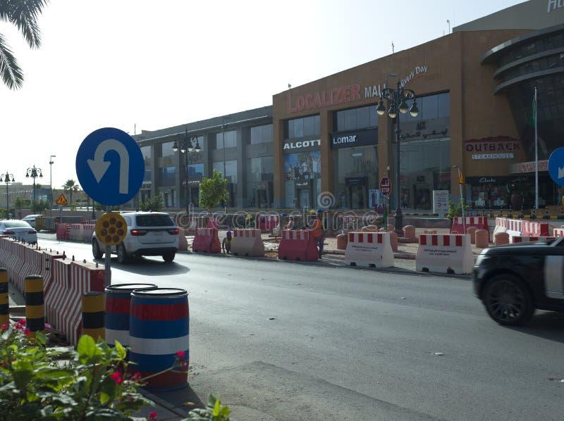 Le trafic léger sur la rue de Tahlia à Riyadh, photographie stock libre de droits