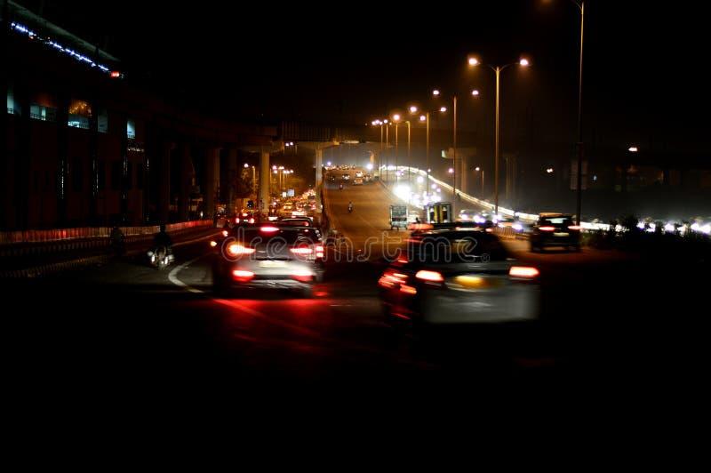 Le trafic la nuit avec la tache floue de mouvement photo libre de droits
