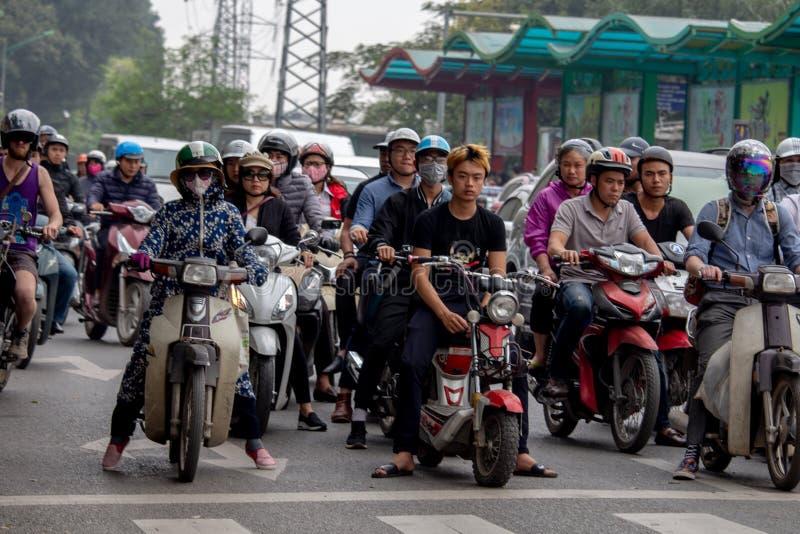 Le trafic lourd Hanoï de motocyclette photo libre de droits