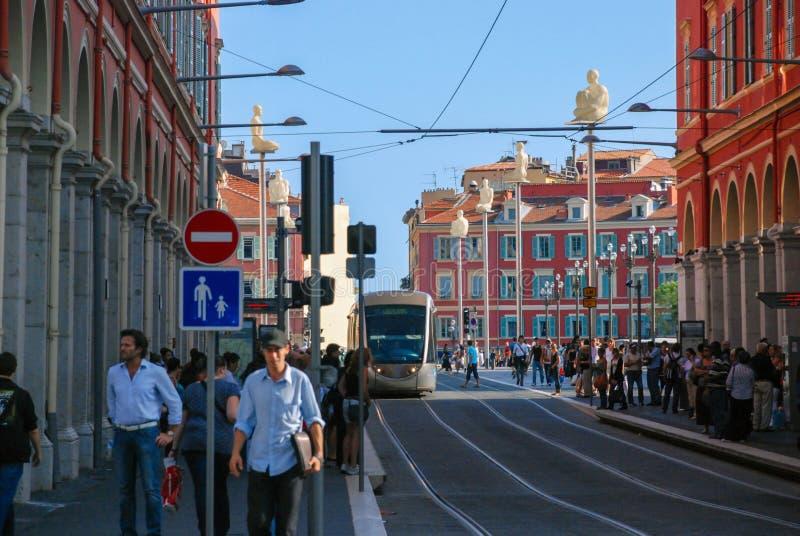 Le trafic occupé des personnes et des véhicules sur le gentil lumineux de rues, photographie stock libre de droits