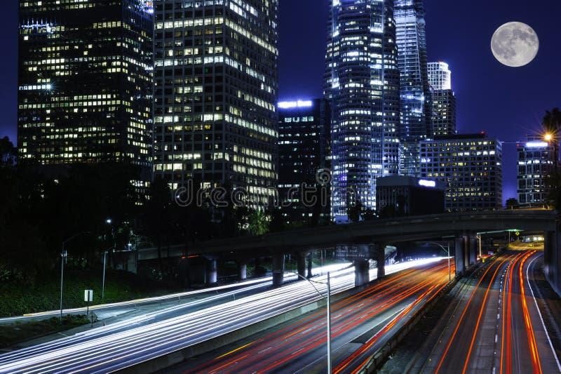 Le trafic passant l'autoroute photographie stock