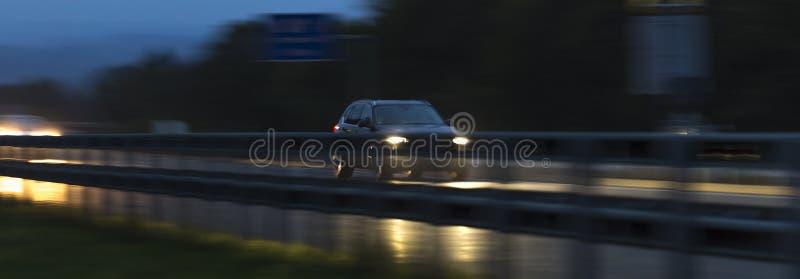 Le trafic pluvieux de route la nuit images libres de droits