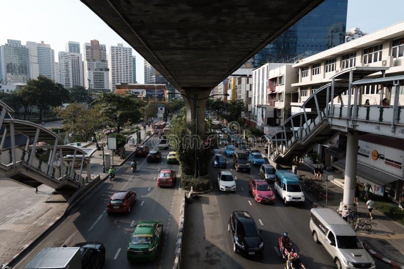 Le trafic près de la station de BTS PhromPhong image libre de droits