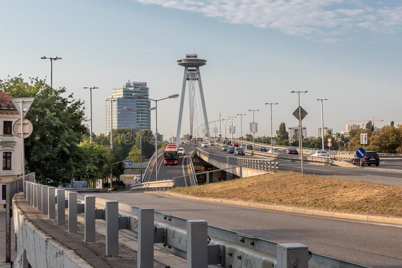 Le trafic quotidien sur le pont de SNP au centre de Bratislava photo stock