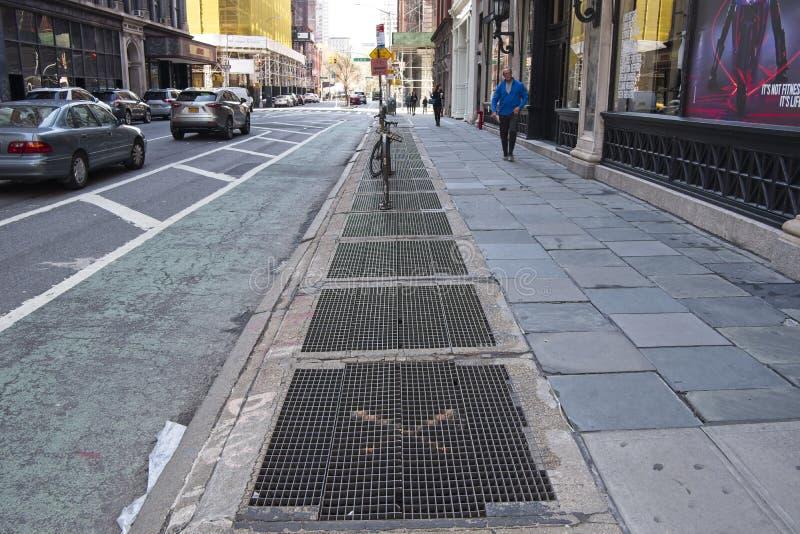Le trafic, ruelle de vélo et conduits de souterrain dans NYC photos stock