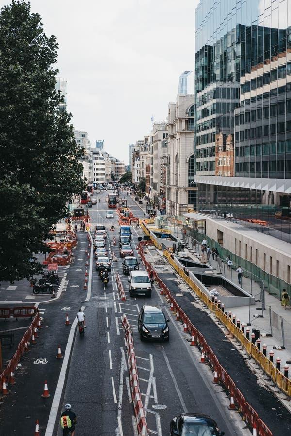 Le trafic s'alignant dans une ruelle sur une rue dans la ville de Londres, R-U photos stock
