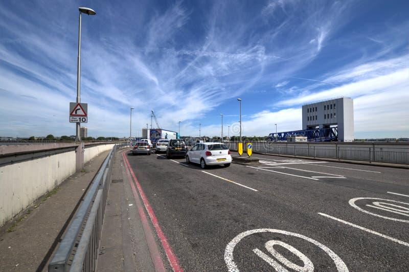 Le trafic s'alignant pour le Libre-ferry de Woolwich sur le terminal du sud de banque photo stock