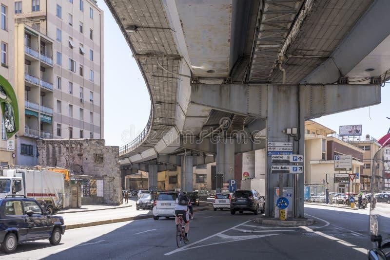 Le trafic sous les années 60 skyway près du vieux secteur de renouvellement de port, Gênes, Italie image libre de droits
