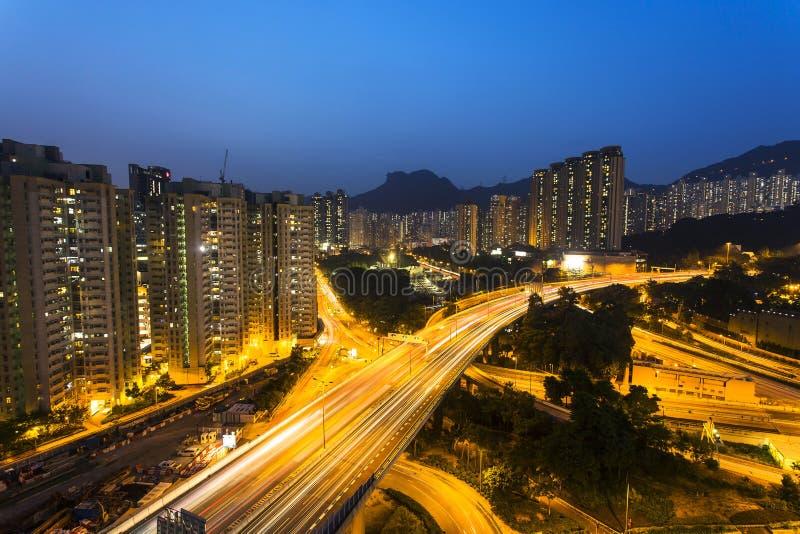 Le trafic sous Lion Rock Hill en Hong Kong image stock