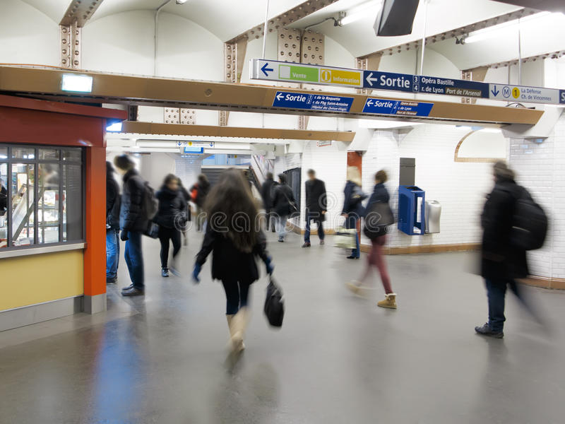 Le trafic souterrain de Paris photographie stock libre de droits