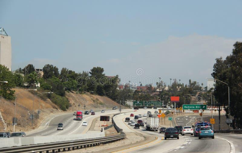Le trafic sur l'autoroute photographie stock libre de droits