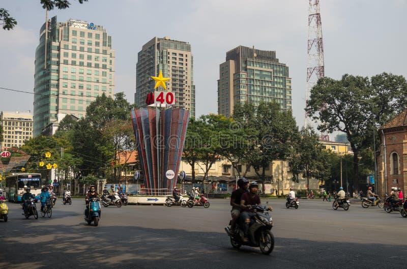 Le trafic sur la place derrière la basilique de cathédrale de Saigon Notre-Dame en ville de Ho Chi Minh, Vietnam images stock