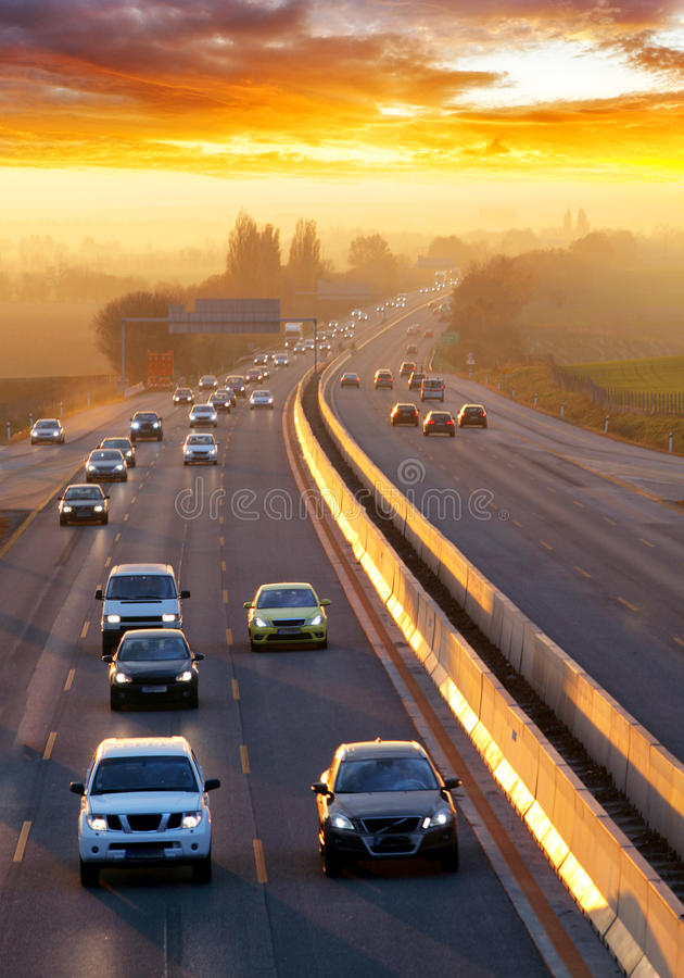 Le trafic sur la route avec des voitures images libres de droits