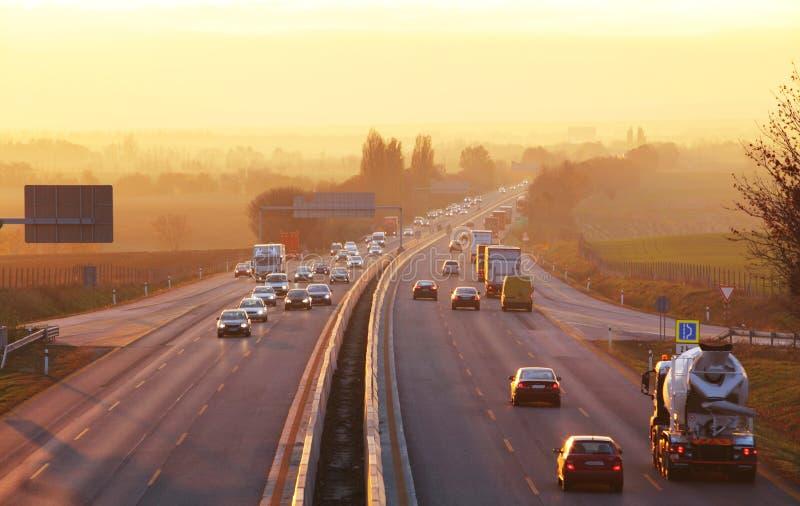 Le trafic sur la route avec des voitures photographie stock libre de droits