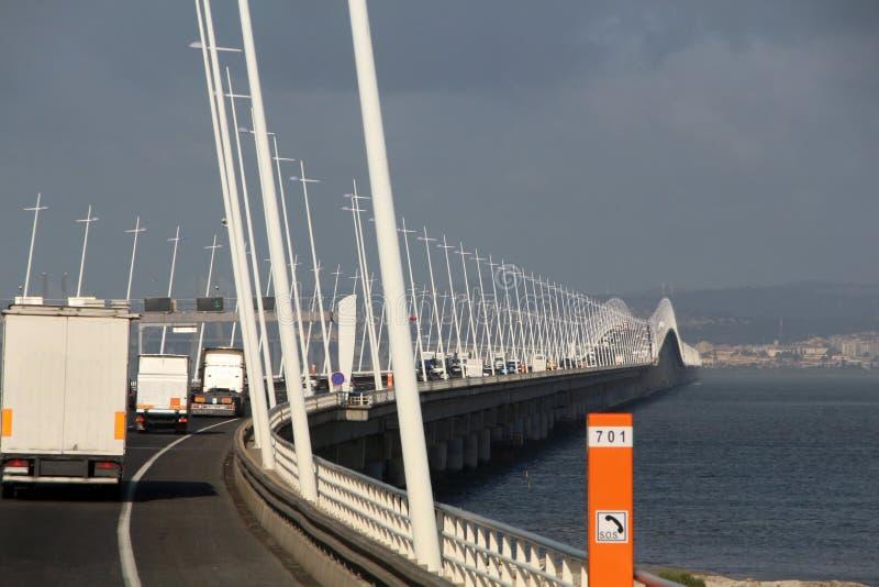 le trafic sur le long pont photographie stock libre de droits