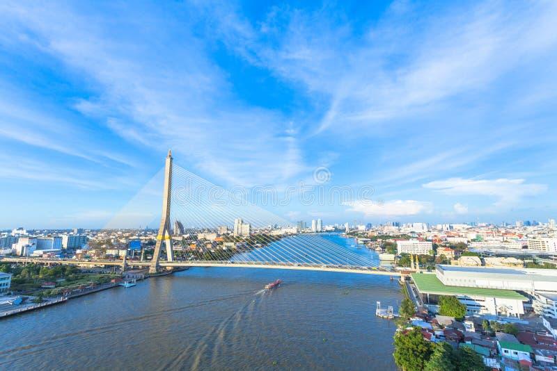 le trafic sur le pont de Praram huit au pont de Rama huit de nightThe est photos libres de droits