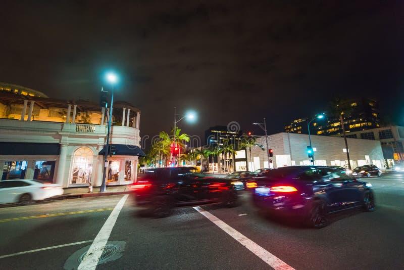 Le trafic sur Rodeo Drive la nuit image stock