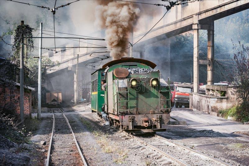 Le train à voie étroite de vapeur part de Yuejin à Bagou photos libres de droits