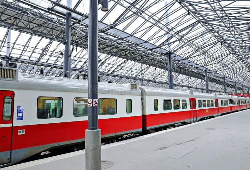 Le train électrique s'est arrêté à la station de central de pavillon photo libre de droits