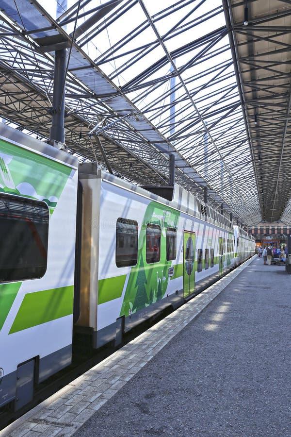 Le train électrique s'est arrêté à la station de central de pavillon image stock