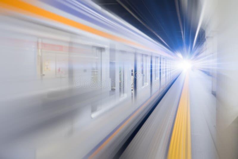 Le train au fond de souterrain de vitesse de tache floue salut jeûnent des affaires photographie stock libre de droits