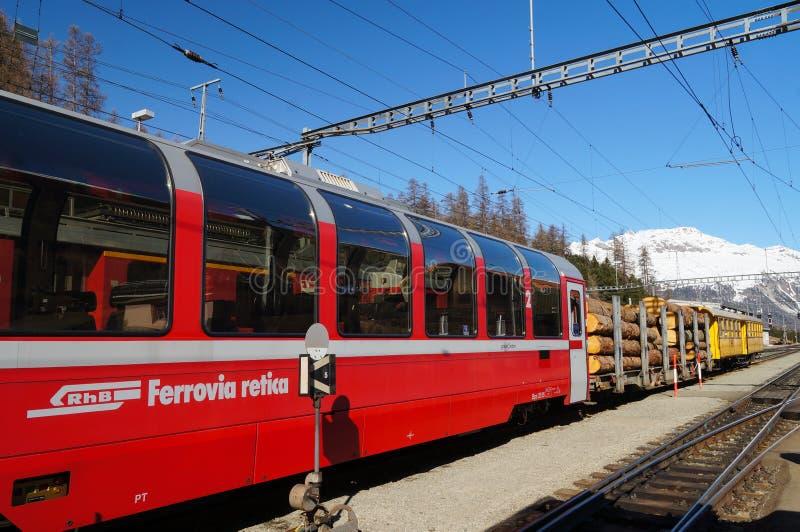 Le train avec des rondins à la station de StMoritz, Suisse photos stock