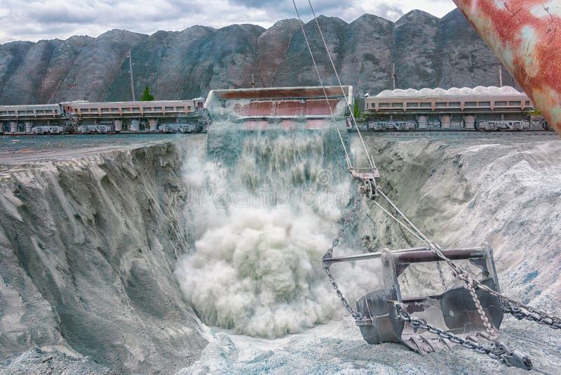 Le train décharge le minerai images libres de droits