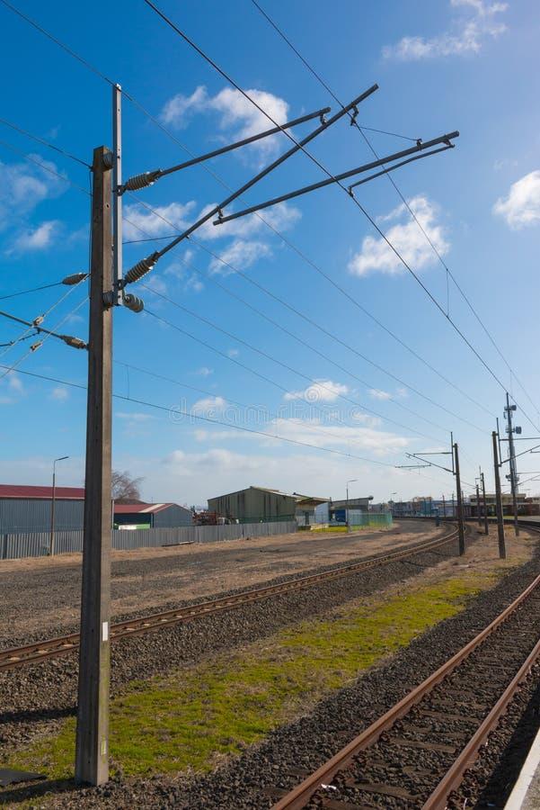 Le train dépiste le poteau de ligne électrique et de puissance photo stock