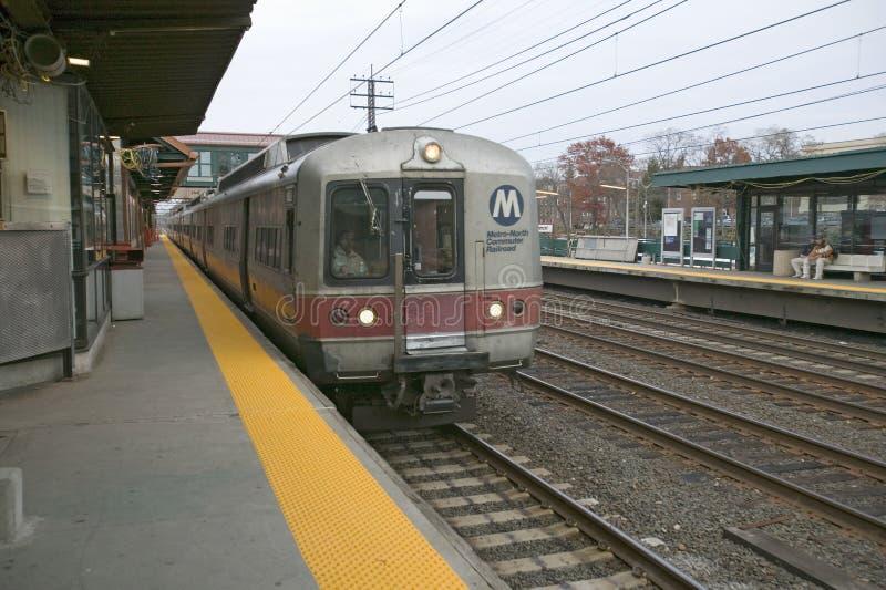 Le train d'Amtrak s'arrête station de train chez New Rochelle, New York, New York image stock