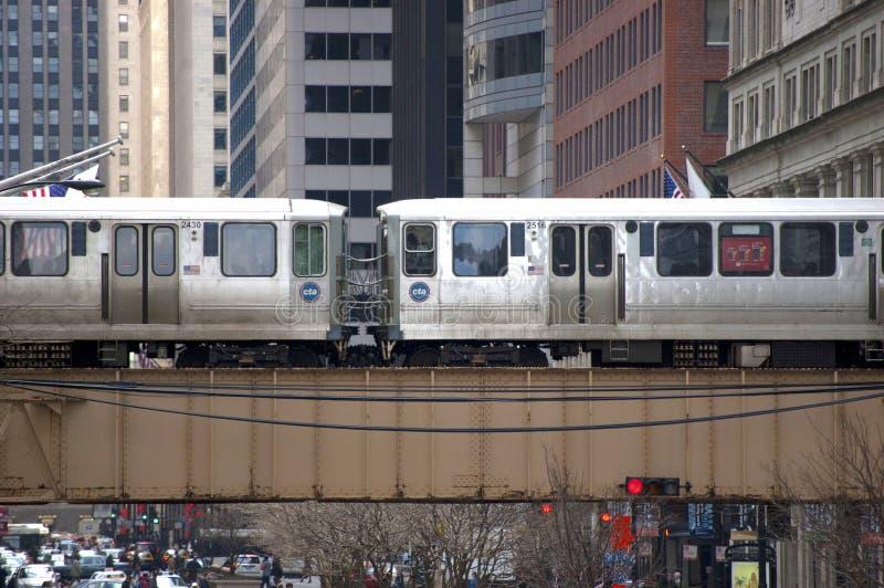 Le train d'EL de Chicago croisant un pont - Chicago, IL Etats-Unis photos libres de droits