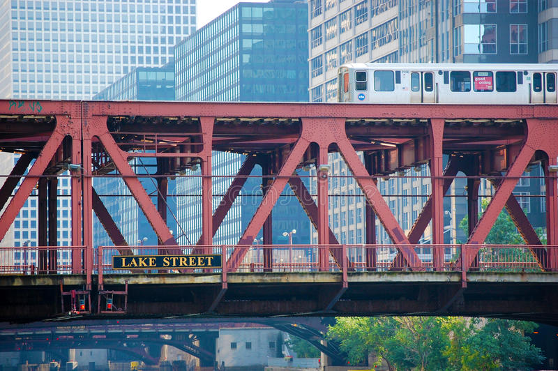 Le train d'EL de CTA croisant un pont Chicago du centre, l'Illinois Etats-Unis photos stock