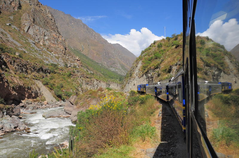 Le train d'Ollantaytambo va au pueblo de Machu Picchu. photos libres de droits