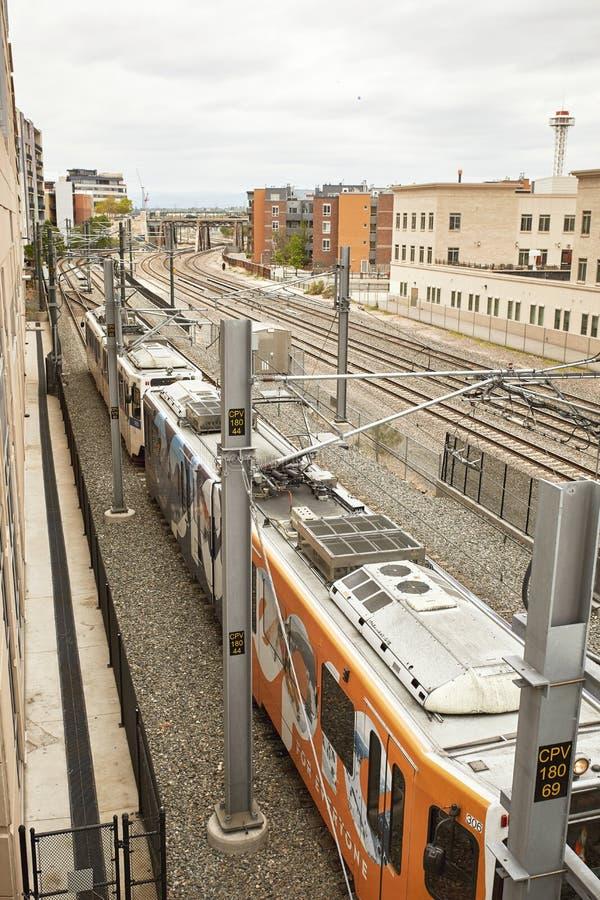 Le train dans le mouvement sous le pont de millénaire aux terrains communaux se garent à Denver, le Colorado photographie stock libre de droits