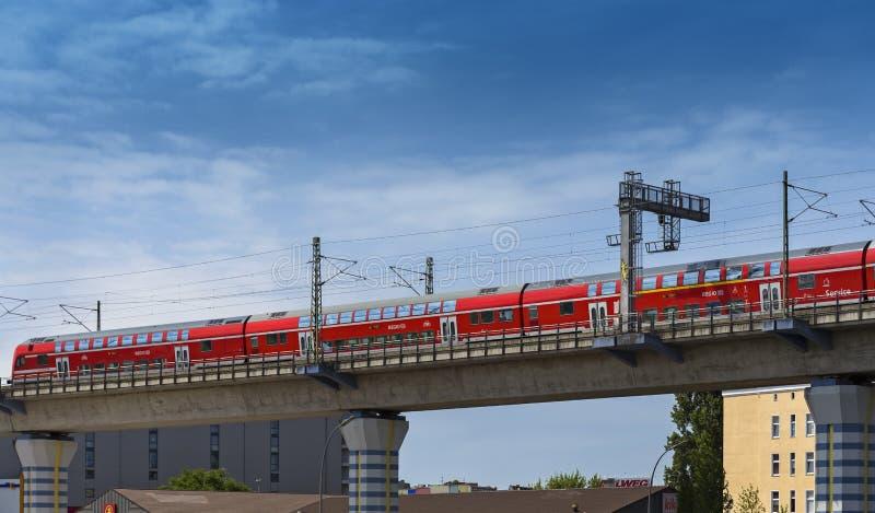 Le train de Deutsche Bahn croise un pont de chemin de fer à Berlin photo libre de droits