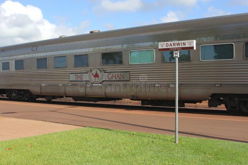 Le train de fond le Ghan attend des passagers, gare ferroviaire Darwin, Australie de NT photographie stock libre de droits