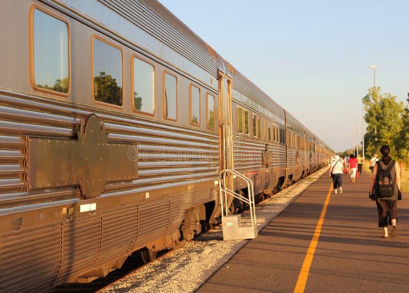 Le train de fond le Ghan attend des passagers, gare ferroviaire Katherine, Australie de NT images libres de droits