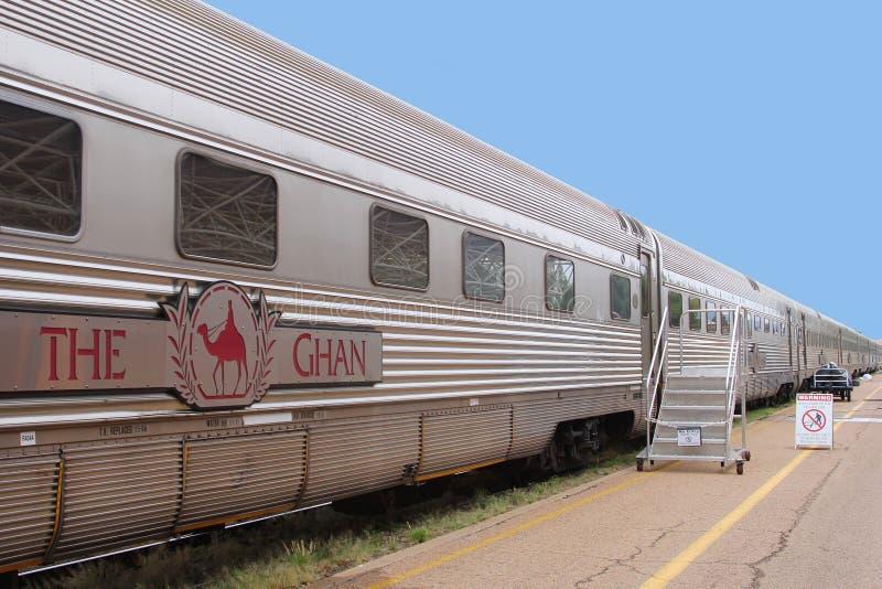 Le train de fond que le Ghan attend des passagers, gare ferroviaire Aloce jaillit, Australie de NT photographie stock
