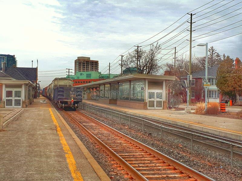 Le train de fret passant Brampton VONT station photographie stock