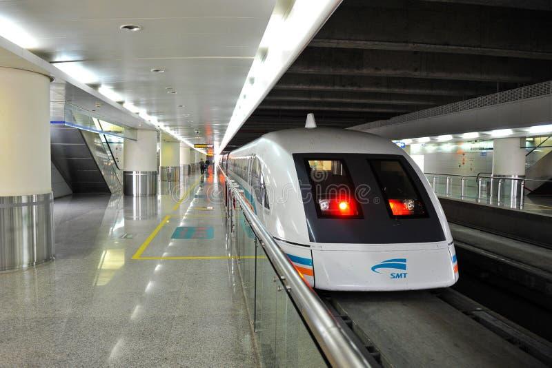 Le train de Maglev commence l'exécution le 1er juin 2010 photo libre de droits