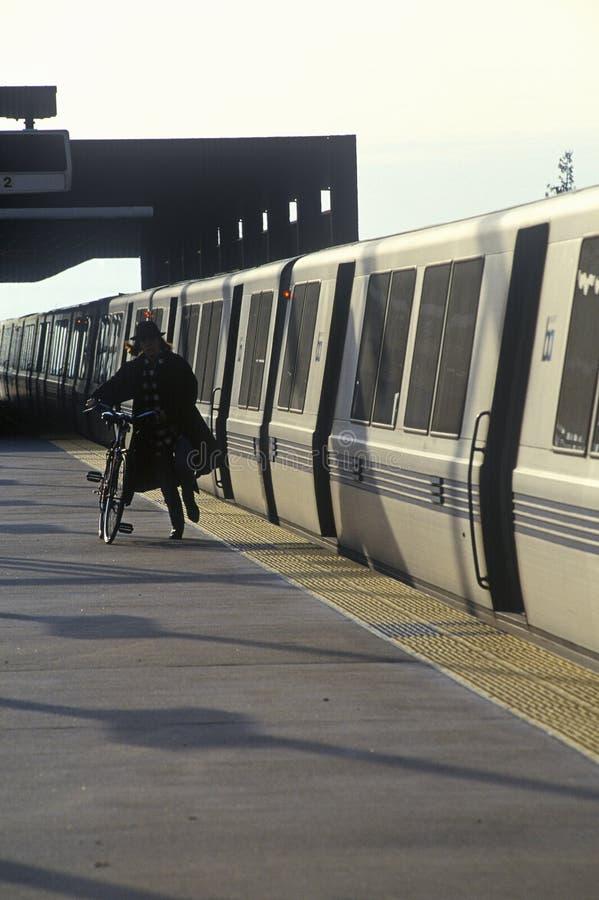 Le train de San Francisco Bay Area Rapid Transit, généralement désigné sous le nom de BART, porte des banlieusards à sa prochaine image stock