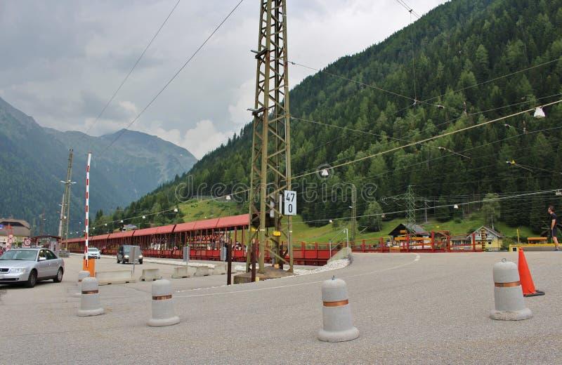 Le train de voiture passant par le tunnel de chemin de fer de Tauern photographie stock libre de droits
