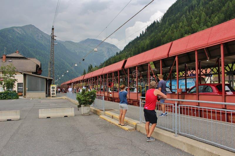 Le train de voiture passant par le tunnel de chemin de fer de Tauern images libres de droits