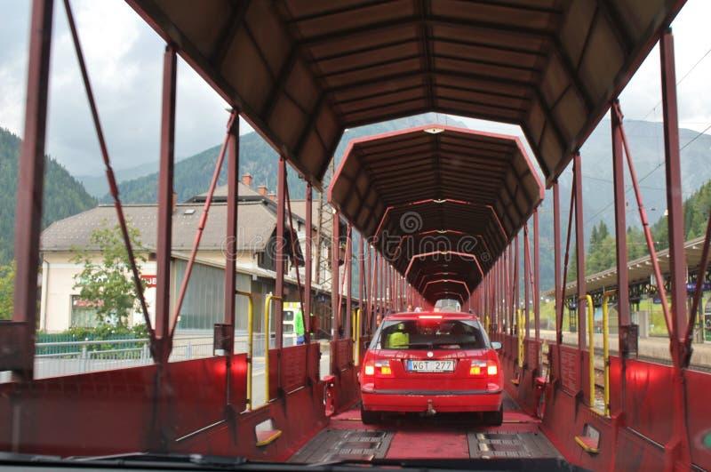 Le train de voiture passant par le tunnel de chemin de fer de Tauern photo stock